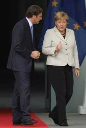 Primeiro Ministro português parece subserviente à mandatária alemã, Angela Merkel.