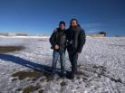 Eu e Cássio (www.cassioserafim.com) a meio da tarde, alegres. Foi a primeira vez que vimos e sentimos a neve. Tudo bem que não havia tanta neve assim, porém foi muito bom o passeio. Recomendamos esta viagem ao cume de Portugal.