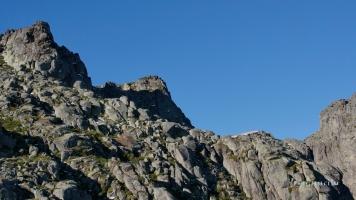 Ao pé da Serra da Estrela, as imponentes formações rochosas indicam que muita beleza reside no topo.